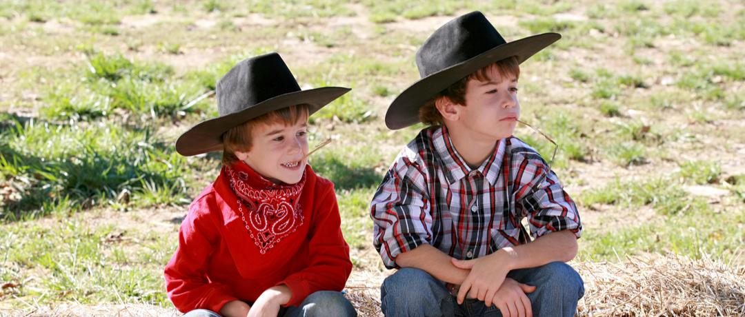 criança vestida de cowboy
